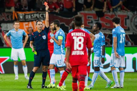 epa04899547 Referee Carlos Velasco Carballo (l) shows the red card to Roms Mauricio (covered) during the UEFA Champions League play off second leg match between Bayer Leverkusen and Lazio Rome in Leverkusen, Germany, 26 August 2015. EPA/ROLF VENNENBERND
