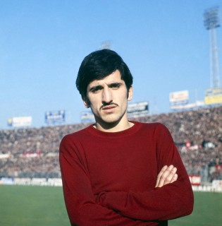 Como il calciatore Gigi Meroni con la maglia del Torino Calcio